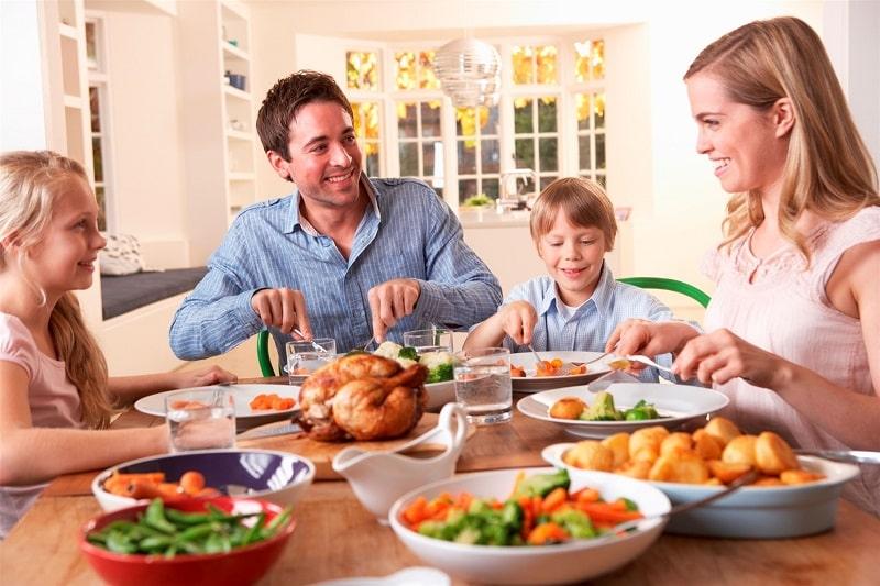 Mơ thấy ăn cơm ở nhà là điềm báo lành