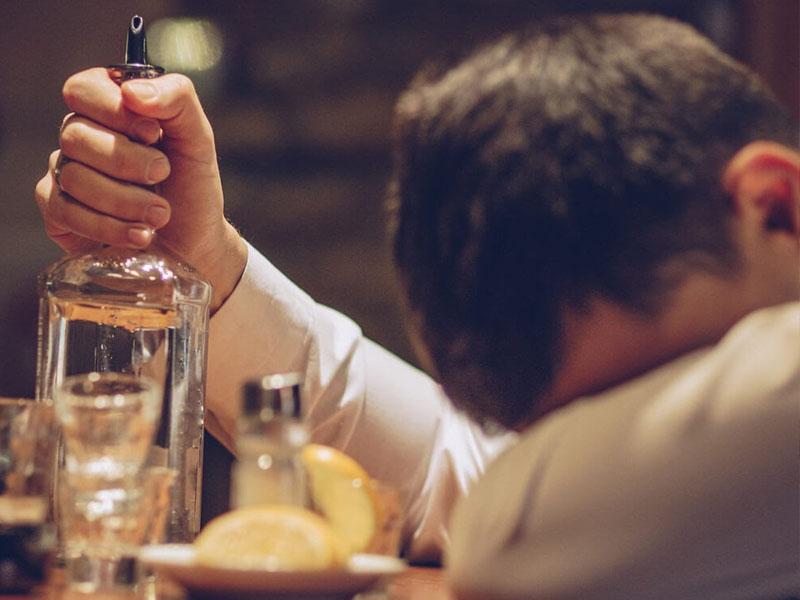 Giấc mơ uống rượu một mình có ý nghĩa gì?