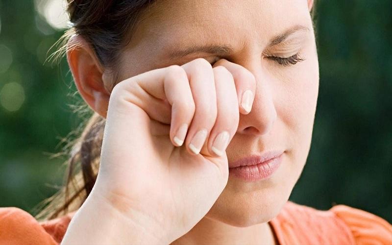 Nháy mắt phải là một hiện tượng xảy ra ở cả nam và nữ giới
