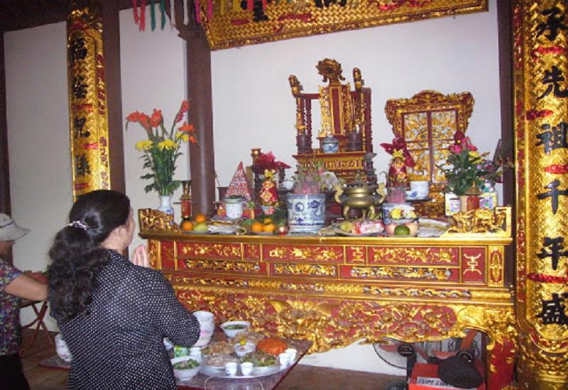 Sau khi chuẩn bị xong mâm lễ cúng rằm tháng Giêng, gia chủ sẽ đọc văn khấn để mời Thần, Phật, Gia tiên thụ hưởng vễ vật