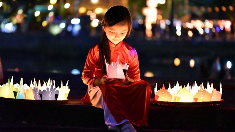 Trong dịp Tết Thượng Nguyên người ta thường thả lồng đèn cầu bình an!