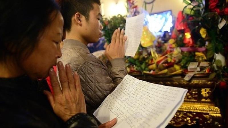 Trong lúc đọc văn khấn Tết Nguyên Tiêu cần tỏ lòng thành tâm!